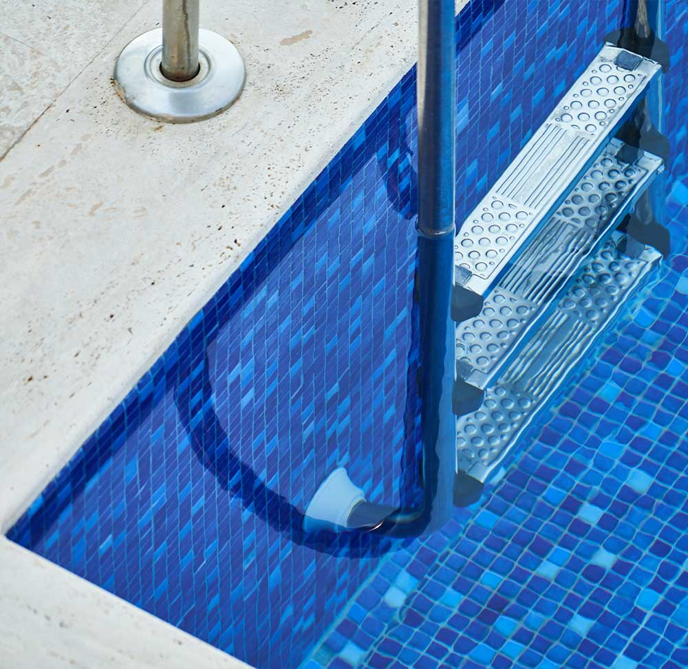 DELUX-WHITE-LEAF-RAKE-with-V-Clip-Pool-AccessProducts-Image-section2